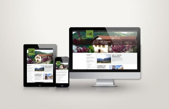 Web responsive de Hostal Etxeberri vista en tres pantallas, tablet, móvil y ordenador